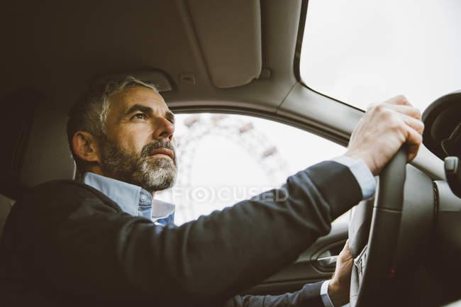 Портрет человека за рулем автомобиля, вид снизу — 40 50 лет ...