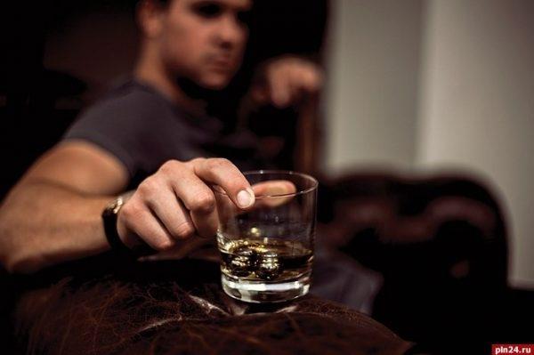 В Минздраве объяснили, почему мужчины пьют чаще женщин : Псковская ...