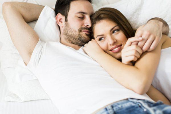 Молодая влюбленная пара в постели | Премиум Фото